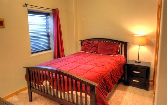 5th Bedroom (down) - Queen